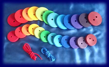 ひも通し 虹のボタン おもちゃ